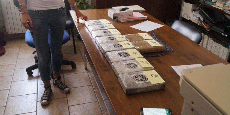 Bij twee mannen uit Emmen werden 10 pakken cocaine gevonden en in beslag genomen. Foto: Carabinieri Compagnia di Carbonia