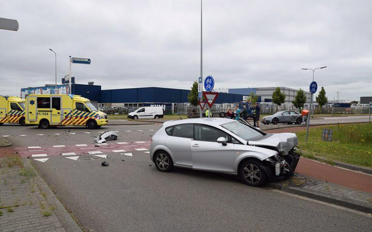 Autos flink beschadigd na botsing in stad Groningen.
