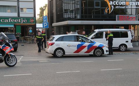 Politieagent krijgt klappen van twee mannen (21) en (28) na vechtpartij in Emmen. Burgemeester twittert: 'Blijf met je handen af van onze politie'