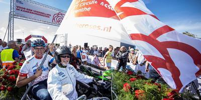 Marc Out met de vlag in handen. Foto: Gemeente Assen