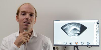 Martijn Wieling meet de beweging van zijn tong