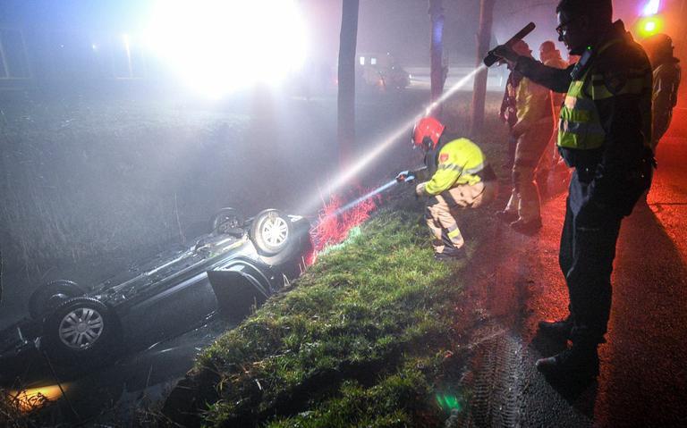 Auto op de kop te water in Bedum bij eenzijdig ongeval.
