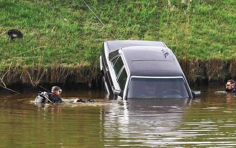 De auto van Ralf Meinema in het Stieltjeskanaal tussen Zandpol en Coevorden