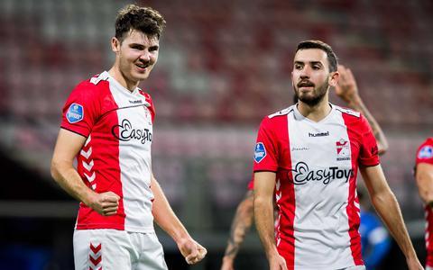 Jari Vlak is zeer content met zijn goal. Rechts Lucas Bernadou.