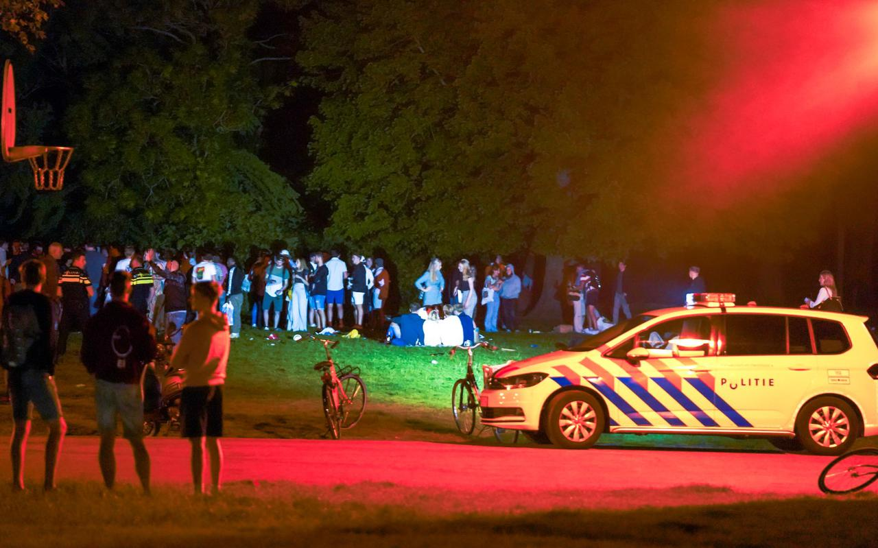 Tientallen jongeren worden door de politie uit het Noorderplantsoen weggestuurd.