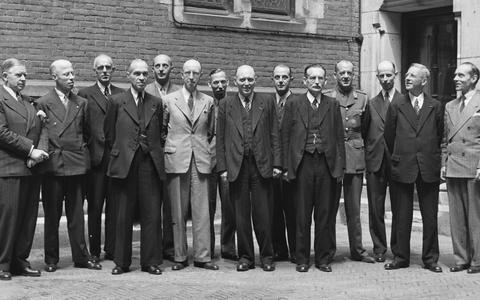 Het nieuwe kabinet, met in het midden W. Schermerhorn. Foto: Nationaal Archief