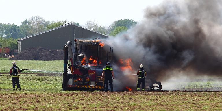 De tractor brandde volledig uit. FOTO HUISMAN MEDIA