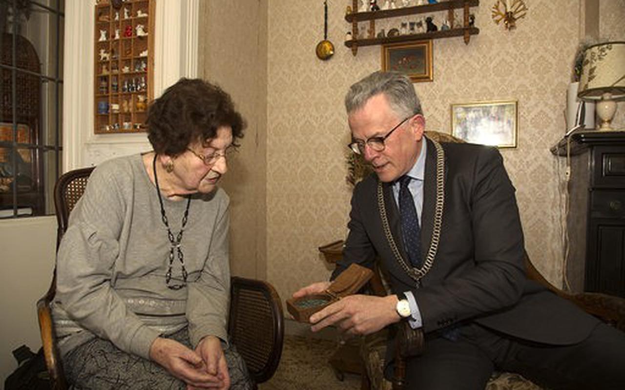 Mevrouw Strijk uit Groningen krijgt erepenning van de gemeente, omdat ze in de oorlog onderduikers verborg.
