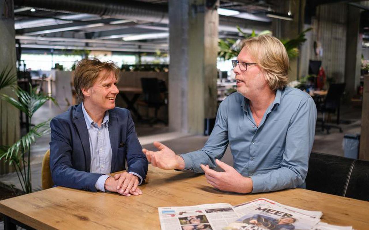 Alfred Meester (l) en Evert van Dijk op de redactie in Groningen.