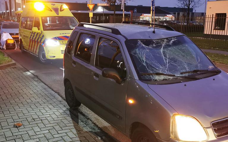 Fietser belandt op motorkap na aanrijding met auto in Hoogeveen.