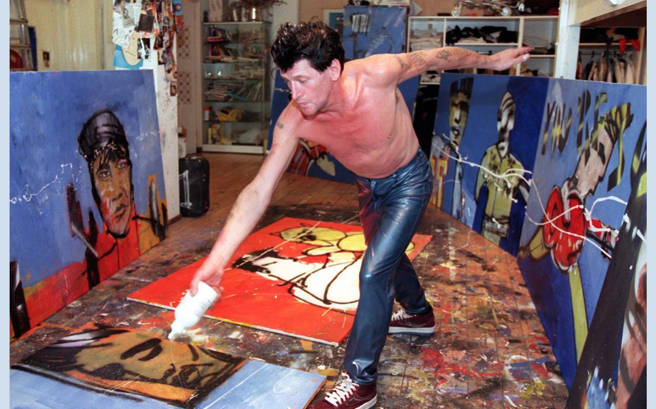 Herman Brood aan het werk in zijn atelier aan de Spuistraat in Amsterdam.