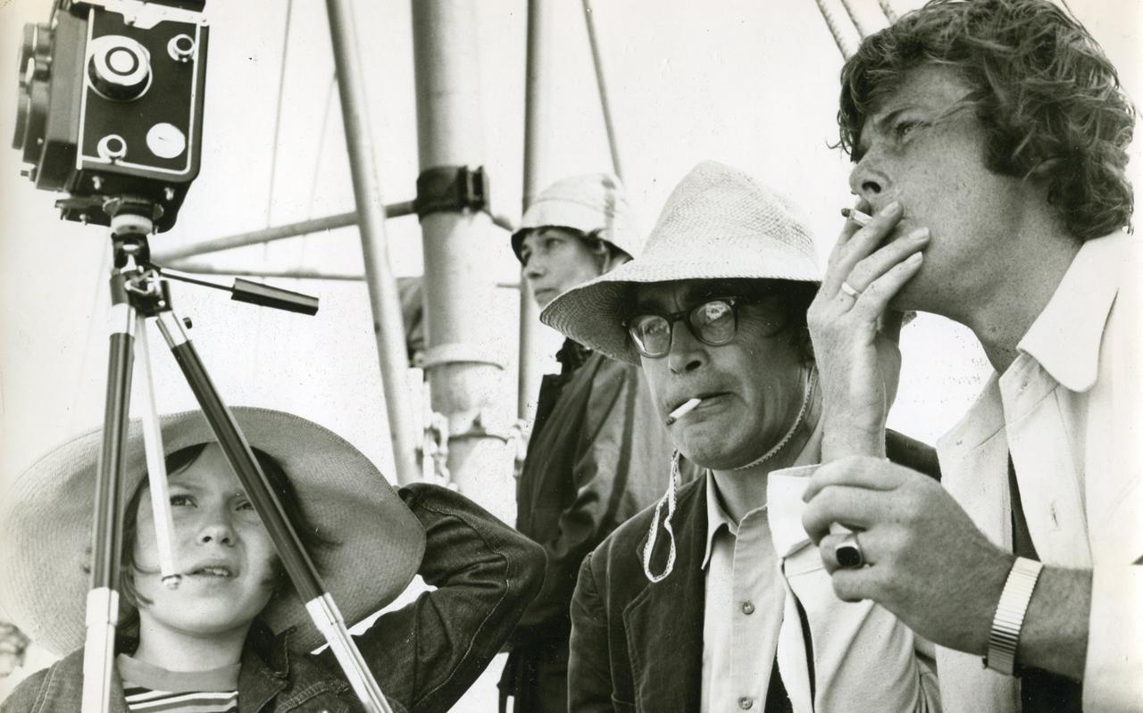 Godfried Bomans, Willem Ruis met Bomans' dochter Eva en vrouw Pietsie op het schip naar Rottumerplaat.