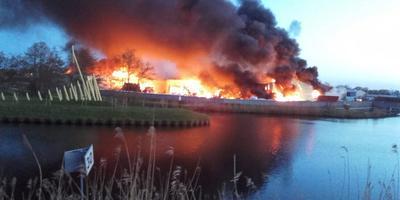 Even voor tien uur 's avonds is de brand nog lang niet uitgewoed. FOTO ALFONS DAANJE