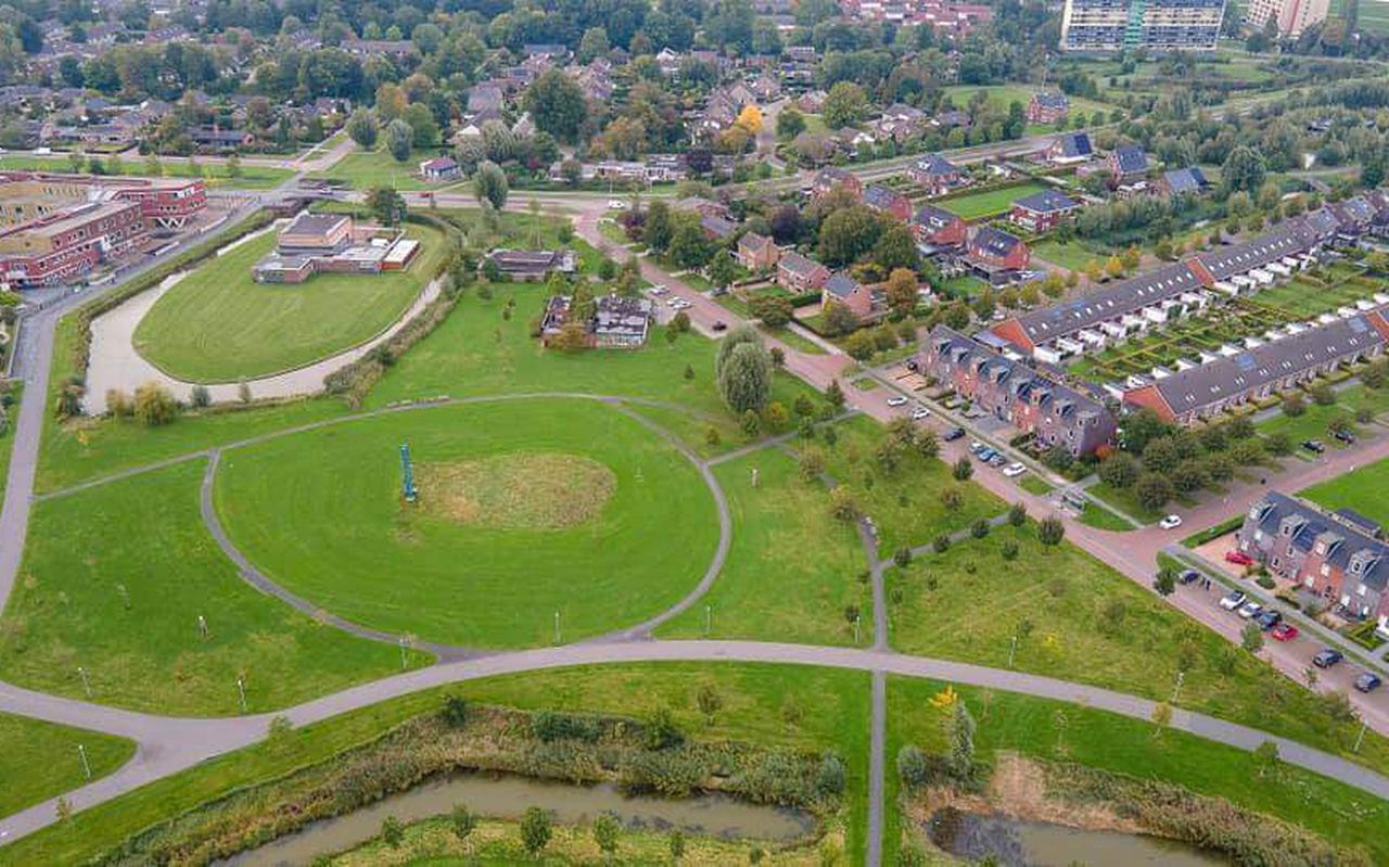 Het 'park' is nu vooral een kale grasvlakte. Milou van der Heide heeft andere plannen: van een pluktuin tot een dicht bosperceel.