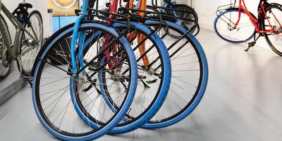 Een Swapfiets, te herkennen aan een blauwe voorband, van de van oorsprong Delftse fietsabonnementenaanbieder.