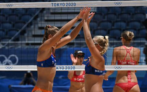 Katja Stam (links) viert een punt tegen in de eerder wedstrijd tegen het het Canadese koppel Sarah Pavan en Melissa Humana-Parede.