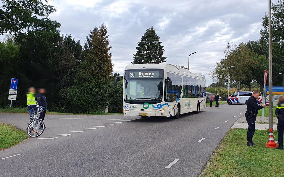Fietser raakt ernstig gewond na botsing met lijnbus op de Riegshoogtendijk in Hollandscheveld.
