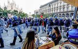 Protesten in Milaan tegen het verplichte vaccinatiebewijs voor werknemers.