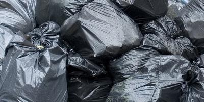 Een grote berg vuilniszakken aan de Hendrikstraat in de Oosterpoort.
