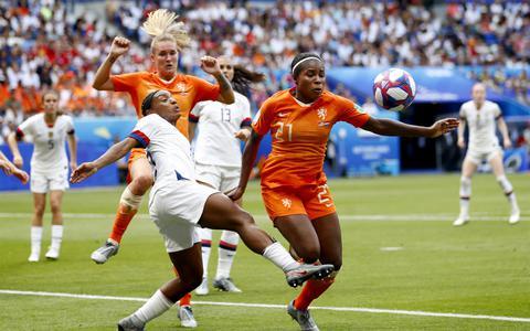 Lineth Beerensteyn van Nederland in duel met Crystal Dunn van de Verenigde Staten tijdens de finale van het WK voetbal voor vrouwen in Frankrijk in 2019.