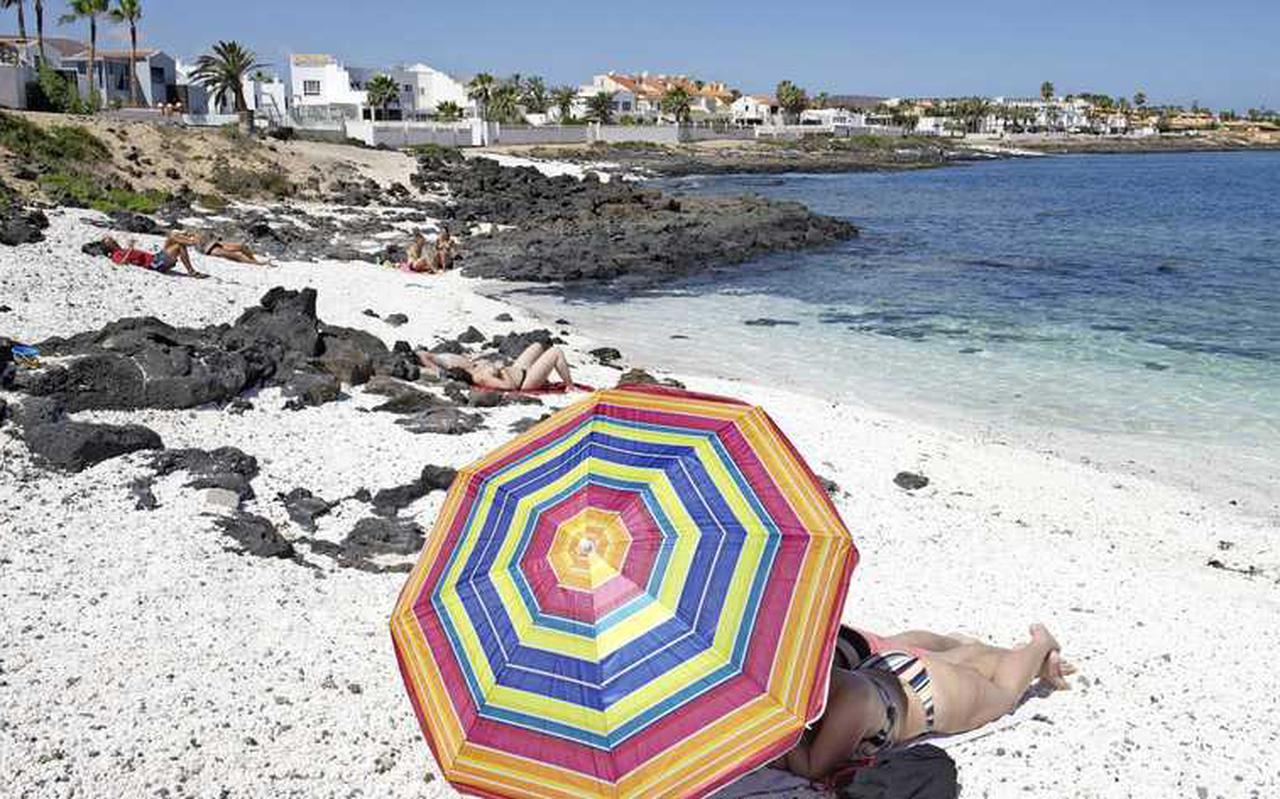 Dankzij de vaccinaties mogen we toch weer dromen van een zomervakantie op verre stranden, zoals langs deze lonkende kust van de Canarische Eilanden.