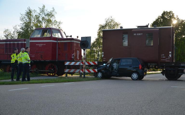 Auto komt in botsing met STAR-trein in Veendam.