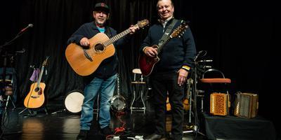 De broers George (met pet, 68 jaar) en Eddie Furey (74 jaar) die vanaf het eerste begin lid zijn van de Ierse band The Fureys.