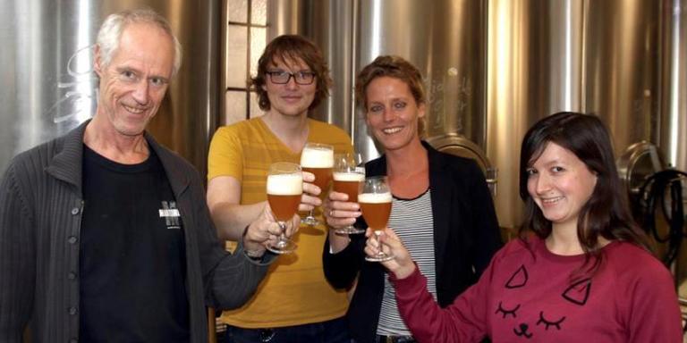 Brouwer Albert-Jan Swierstra (links) proeft het nieuwe Groninger computerbiertje in brouwerij Martinus alvast voor met IMB-ers Martijn Fokke, Carola Bos en Kyra van Laarhoven. FOTO DVHN