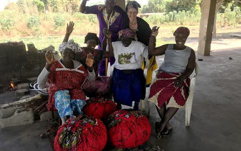 Rianne Schuurman uit Nieuwolda heeft het bedrijf Cooking Bag Company opgericht met Afeer. Her staat ze op de foto met Ghanese vrouwen.