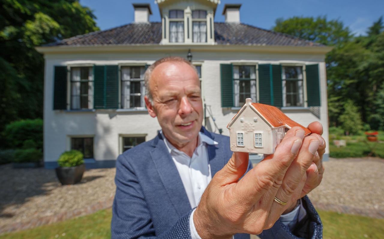 Minne Wiersma, directeur van de Maatschappij van Weldadigheid, toont een exemplaar van het exclusieve koloniehuisje dat in de verkoop gaat.