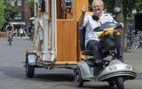 Daar is de orgelman! Bertus Gepken (79), de man van de vrolijke klanken in het Emmer centrum