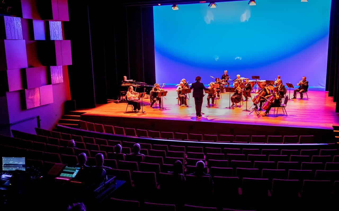Weinig mensen op het podium, weinig in de theaterzaal. Corona houdt ook de cultuur sector in de greep.