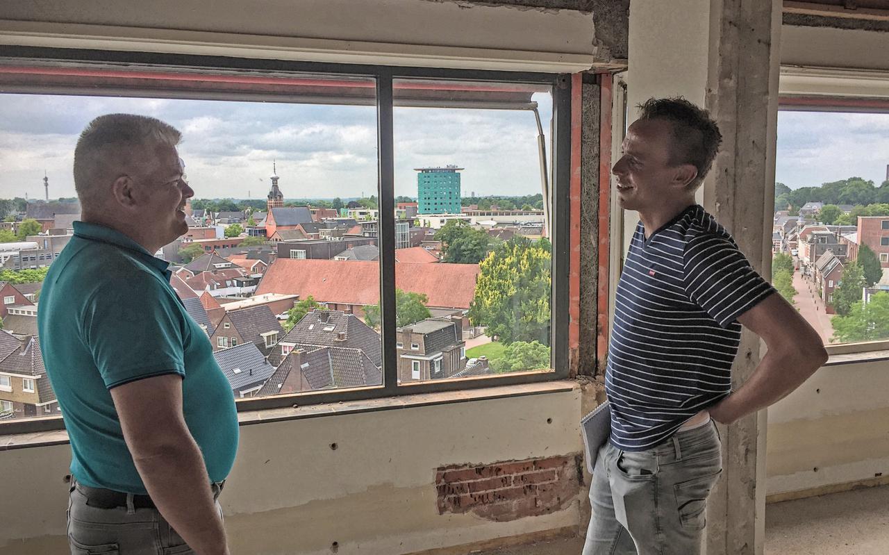 David Maas, directeur WiMa Vastgoed en Jeroen Hemmes, projectmanager op een van de bovenste etages van de Zusterflat in Winschoten met zicht over Winschoten.