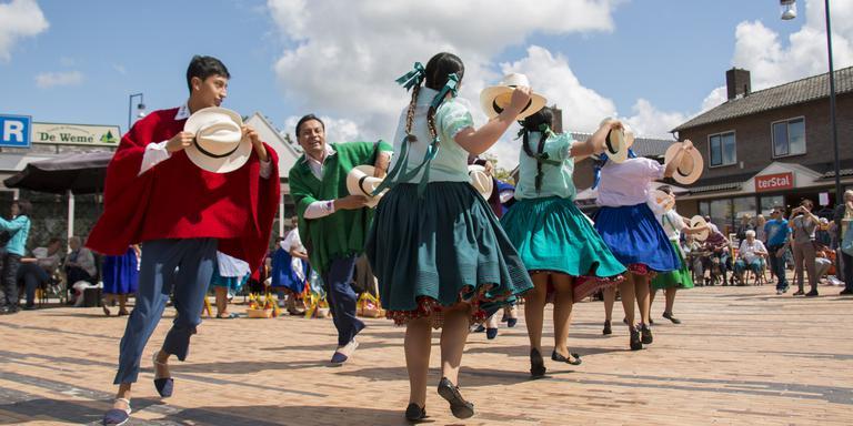 Optreden SIVO-deelnemer Ecuador in Borger. FOTO DVHN / FRANK JEURING