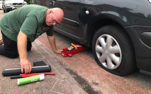 Tientallen autobanden lekgeprikt in Nieuwe Pekela. De bandenprikker slaat weer toe. 'Te triest voor woorden'