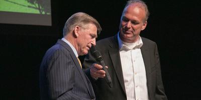 ISU-voorzitter Jan Dijkema in gesprek met Herbert DIjkstra. FOTO DVHN