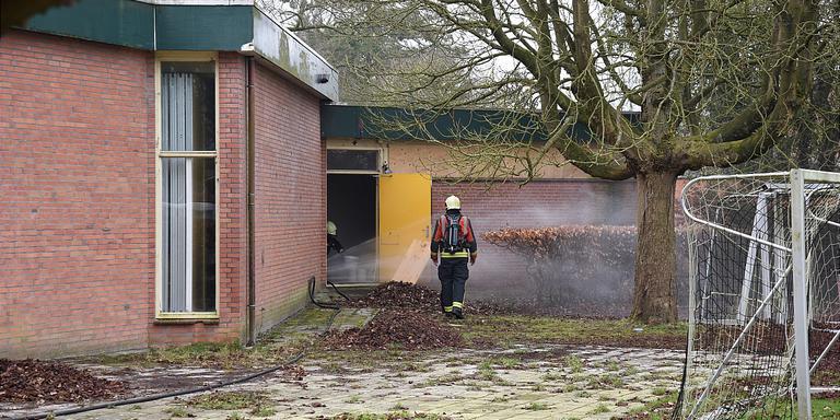 De brandweer ventileert het complex van VV Haren. FOTO SANDER GRAAFHUIS / 112 GRONINGEN