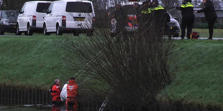 Duikers en politie-agenten halen het lichaam op het droge. Foto Harm Meter / Persbureau Meter
