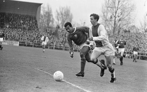 Ronald Breinburg (links) in duel met Johan Cruijff op 27 november 1966.