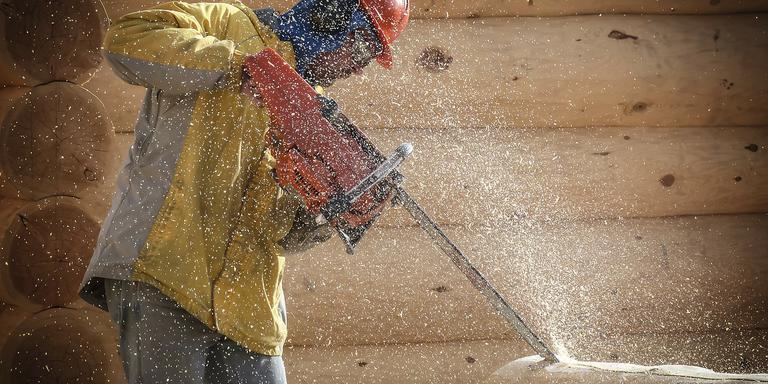 Een houtkunstenaar aan het werk. FOTO PIXABAY