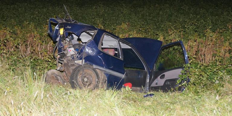 Een van de auto's belandde zwaarbeschadigd in een weiland.