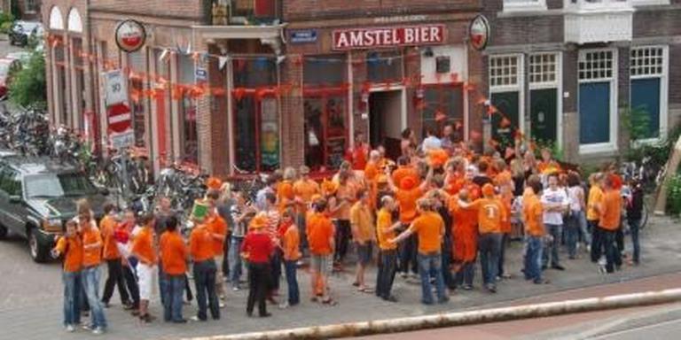 Topdrukte bij Café de Oude Schans rond een wedstrijd van Oranje op het WK 2010