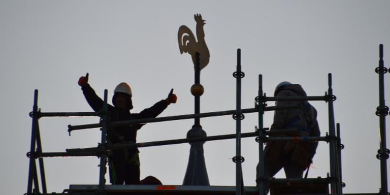De torenhaan van Elim werd twee maanden geleden gestolen. Gelukkig hoefden de inwoners van het Drentse dorp het niet lang zonder de haan te stellen.