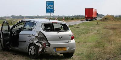 Deze personenwagen werd geraakt door een vrachtwagen.