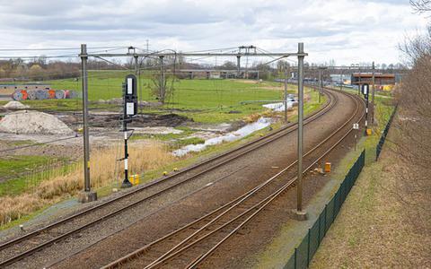 De spoorboog bij station Hoogeveen wordt op twee plekken verruimd zodat treinen met hogere snelheden kunnen passeren. Op de foto de spoorboog richting Beilen.