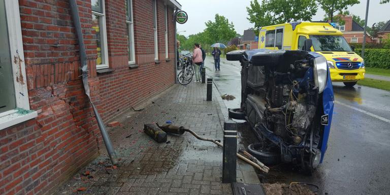 De auto belandde op z'n kant. FOTO DE VRIES MEDIA