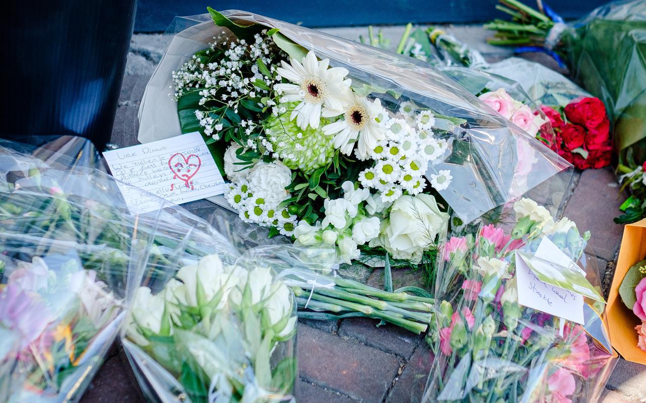 De bloemenzee ter nagedachtenis aan het slachtoffer van de steekpartij in Hoogkerk groeit.