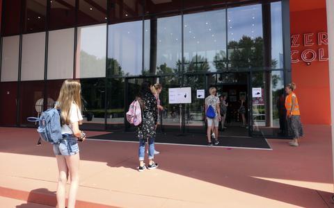 Leerlingen van het Harens Lyceum voor een paar uurtjes weer naar school: 'Online is normaal, naar school is extra'