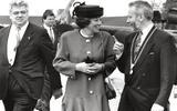 Commissaris van de Koningin Henk Vonhoff (links) en burgemeester Wim Cornelis van Reiderland verwelkomen in 1991 koningin Beatrix bij de sluizen.