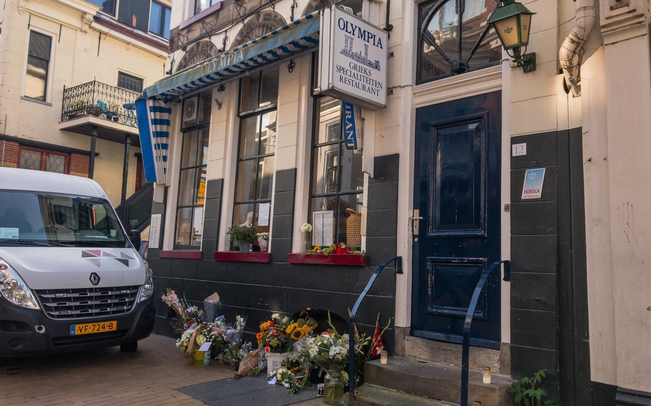 Bloemen bij restaurant Olympia ter nagedachtenis aan Lazaros Kounatidis.